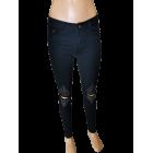 Juodi moteriški džinsai su plėšytais keliais